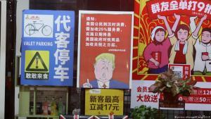 Ankündigung auf einem Poster vor einem Restaurant in Guangzhou in der südchinesischen Provinz Guangdong, dass mit dem Beginn des US-Handelskrieg gegen China allen US-Kunden künftig 25 Prozent mehr berechnet wird als allen anderen Kunden; Foto: picture-alliance/AP Images/CCP
