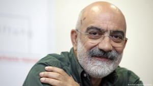 Der türkische Autor und Journalist Ahmet Altan während einer Pressekonferenz; Foto: picture-alliance/dpa/J. Woitas