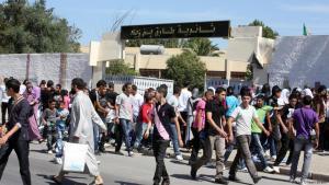 Algerische Schüler verlassen nach Schulende ihre Klassen; Foto: DW/Nour Elhayet Elkebir