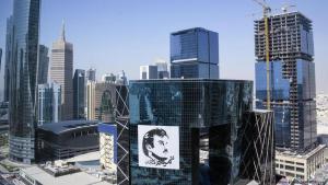 Doha-Skyline mit dem Bild von Sheikh Tamim bin Hamad Al Thani; Foto: picture-alliance
