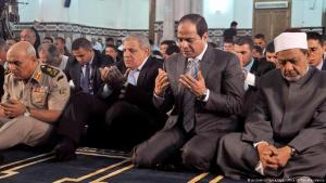 Ägyptens Präsident Abdelfattah al-Sisi gemeinsam beim Gebet anlässlich der Eid ul-Adha-Feier mit Großimam Ahmed al-Tayeb sowie dem Verteidigungsminister Sedky Sobhy und Premierminister Ibrahim Mahlab in der Al-Sayeda Safeya-Moschee in Kairo; Foto: picture-alliance/dpa/Office Of The Presidency
