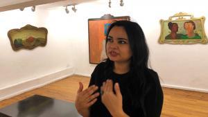 """Die ägyptische Künstlerin Souad Abdelrasoul in den Ausstellungsräumen der """"Mashrabiya Gallery"""" in Kairo; Foto: Jacob Wirtschafter"""