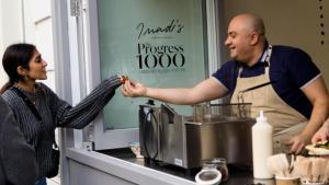 """Von Damaskus nach London: Imad Alarnab war einer der bekanntesten Köche Syriens. Vor drei Jahren flüchtete er nach London. Mit der Unterstützung der Hilfsorganisation """"Help Refugees"""" machte er schon 13 sogenannte Pop-up-Restaurants in London auf, die nur für kurze Zeit geöffnet haben. Mit dem Gewinn half er bereits dabei, ein Krankenhaus in Aleppo aufzubauen. Seine neueste Falafel-Bar ist in der Great-Marlborough-Street."""