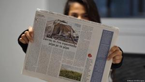 """Ausgabe der Flüchtlingszeitung """"Migratory Birds""""; Foto: Marie-Christine Spies"""
