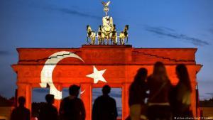 Das Brandenburger Tor in den Farben und Symbolen der türkischen Nationalfahne am 29.06.2016; Foto: picture-alliance/dpa/K.D.Gabbert