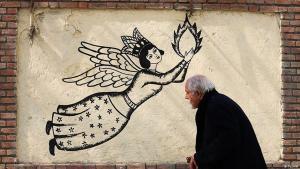Mann passiert Wandbild in der Si Tir Straße in Teheran, eine bekannte Ausgehmeile in der iranischen Hauptstadt; Foto: Tasnim