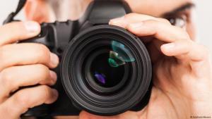 Symbolbild Fotograf mit Kamera; Foto: Fotolia/milkmanx