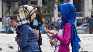 Studentinnen im Gespräch in Istanbul; Foto: picture-alliance/jtimage/B.Juettner