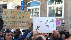 Algerier protestieren gegen eine fünfte Amtszeit von Präsident Abdelaziz Bouteflika im Zentrum Algier. Foto: Sofian Philip Naceur
