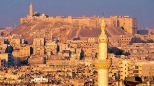 Aleppos Wahrzeichen vor dem Krieg: Ein Bild aus dem Jahr 2001, als die Zitadelle von Aleppo noch friedlich über der Altstadt thronte. Zu dem Zeitpunkt der Aufnahme war das Minarett der Großen Moschee gerade eingerüstet.