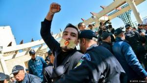 Hunderte algerische Bürger protestieren gegen eine fünfte Kandidatur des 81 Jahre alten Präsidenten Bouteflika. Foto: afp/Kramdi
