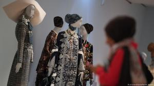 """Eine Frau besucht am 3. April 2019 die Ausstellung """"Contemporary Muslim Fashions"""" im Frankfurter Museum für Angewandte Kunst; Foto: dpa/picture-alliance"""