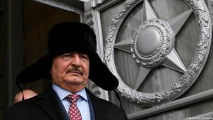 """Der libysche Warlord General Haftar verlässt ein Treffen in Moskau im November 2016 mit einer russischen """"Uschanka"""" auf dem Kopf; Foto: Reuters/M. Shemetov"""