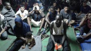 Abgefangene Geflüchtete auf einem Containerschiff, die von der libyschen Küstenwache wieder nach Misrata zurückgebracht werden sollen; Foto: picture-alliance/dpa