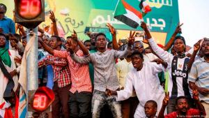 Sudanesen nach dem Sturz von Langzeitdiktator Omar al-Baschir am 12. April 2019 in Khartum; Foto: Getty Images/AFP/Ashraf Shazly