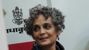 """Arundhati Roy Arundhati Roy auf der World Book Fair in Neu Delhi, wo sie die Übersetzungen ihres Romans """"Das Ministerium des äußersten Glücks"""" ins Urdu und Hindi vorstellte; Foto: Dominik Müller"""