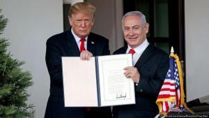 US-Präsident Donald Trump erkennt am 25. März 2019 Israels Souveränität über die Golanhöhen im Beisein von Israels Ministerpräsident Benjamin Netanjahu formell an; Foto: picture-alliance/Photoshot/Ting Shen