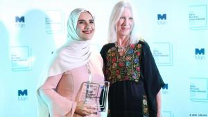 Die arabische Autorin Jokha Alharthi (l.) und ihre Übersetzerin Marilyn Booth bei der Verleihung des Man Booker International Prize in London am 21. Mai 2019; Foto: AFP/I. Infantes