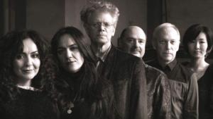 CD-Cover zeigt die Schwestern Mahsa und Marjan Vahdat mit den Mitgliedern des Kronos Quartets; Quelle: Valley Entertainment