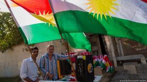Fliegende Händler verkaufen Fahnen der Autonomieregion Kurdistan im Nordirak vor dem Referendum im August 2014; Foto: dpa/picture-alliance