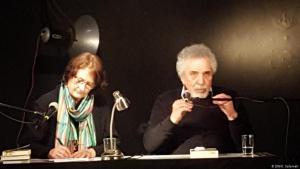 Der syrische Schriftsteller Mustafa Khalifa während einer Lesung gemeinsam mit der Übersetzerin Larissa Bender; Foto: DW