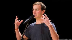 """Der deutsch-libanesischen Autor Pierre Jarawan während einer Veranstaltung zum """"16. Deutschen Poetry Slam"""" in Heidelberg am 17.11.2012; Foto: picture-alliance/dpa/U. Anspach"""