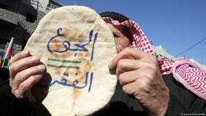"""""""Hunger ist gleich Armut"""": Proteste gegen die Erhöhung der Brotpreise und die Regierungspolitik in Amman; Foto: picture-alliance/dpa"""