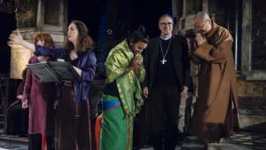 """Menschen vieler Glaubensrichtungen: Ein katholischer Priester wird von einem Vertreter des Ganesh-Tempels Sri Manicka Vinayakar Alayam und einem Mönch des Fo Guang Shan-Tempels während des """"Nuit Sacree"""" flankiert."""