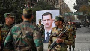 Syrische Regimetruppen feiern am 21.12.2017 in Aleppo die einjährige Rückeroberung der Stadt von den Rebellen; Foto: Getty Images/AFP