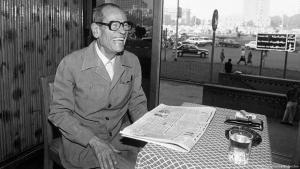 """Der ägyptische Schriftsteller und Nobelpreisträger  Nagib Mahfuz am 20. Oktober 1988 in seinem Lieblingscafé """"Ali Baba"""" am Tahrir-Platz in Kairo; Foto: picture-alliance/Bildarchiv"""