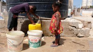 Das Nötigste wird knapp: In Libyen zeichnet sich eine Krise des Gesundheitssystems ab. Vor allem im Westen des Landes wird das Trinkwasser knapp. 101 der 149 Leitungsschächte des Wassersystems wurden dort bereits zerstört. Grund dafür sind militärischen Kämpfe und die nicht mehr funktionierenden Behörden.