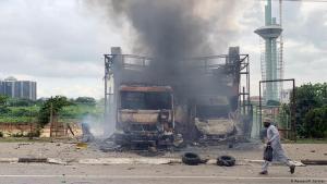 Ausgebrannte Fahrzeuge nach den Ausschreitungen vom 22. Juli 2019 in der nigerianischen Hauptstadt Abuja; Foto: Reuters/P. Carsten