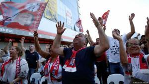 """Anhänger der """"Republikanischen Volkspartei"""" (CHP)  nach dem Wahlsieg bei der Kommunalwahl am 23. Juni 2019 in Istanbul; Foto: Reuters/C. Alkaya"""