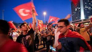 Anhänger Erdoğans feiern den gescheiterten Putschversuch auf dem Taksim-Platz in Istanbul vor drei Jahren; Foto: picture-alliance