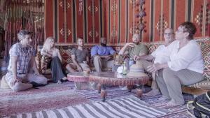 """Filmausschnitt zeigt Hauptdarsteller des Films """"Free Trip to Egypt"""": Tarek Mounib, Katie Appeldorn, Jason Reynolds, Marc Spalding, Brian Kopilec, Ellen und Terry Decker"""