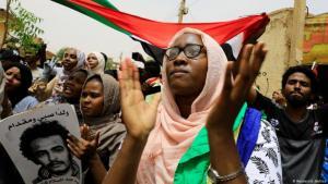 Tausende Sudanesen feiern in Khartum die Einigung zwischen Militärrat und Opposition. (Foto: Reuters/U.Bektas)