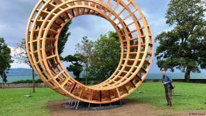 Interreligiöses Friedenssymbol des Holzgestalters Gisbert Baarmann - 36 Hölzer aus aller Welt; Foto: DW