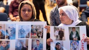 Jesidische Frauen halten Plakate mit Bildern verschwundener Angehöriger während einer Zeremonie in Stuttgart am 3. August 2019, Foto: Getty Images/AFP/T.Kienzle