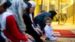 Muslime in Deutschland versammeln sich im Ramadan mit ihren Kindern in einer Moschee. Foto: picture-alliance/dpa/S. Kahnert