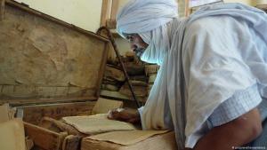 Tuareg begutachtet historische Manuskripte in Timbuktu; Foto: picture-alliance/abaca
