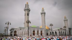 Weibliche Gläubige beten am 27. September 2019 in der neu eingeweihten Moschee Massalikul Jinaan in Dakar.