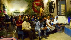 """Wearing blue as a sign of solidarity, Mitglieder der sudanesischen Community in Jordanien trafen sich im Juli im Kulturzentrum """"Jadal"""" in Amman, um derjenigen zu gedenken, die bei der gewaltsamen Unterdrückung der Proteste im Sudan am 3. Juni getötet wurden; Foto: Marta Vidal"""