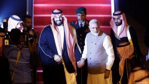 Indiens Ministerpräsident Narendra Modi gemeinsam mit Saudi-Arabiens Kronprinz Mohammed bin Salman (MbS) in Neu Delhi am 19. February 2019; Foto: Reuters/Adnan Abidi