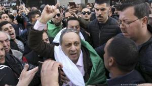 Der algerische Oppositionspolitiker Sofiane Djilali bei einer Demonstration gegen Ex-Präsident Abdelaziz Bouteflika am 24.02.2019 in Algier; Foto: picture-alliance/AP