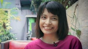 Die indonesische Autorin und Feministin Feby Indirani; Quelle: YouTube