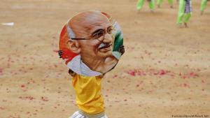 Indischer Junge mit Konterfei Mahatma Gandhis in Bangalore; Foto: dpa/AP/A.Rahi