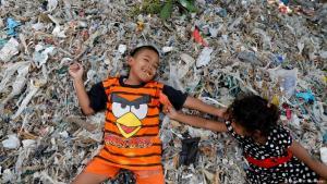 """Der Müll - ein Familiengeschäft: Wie fast alle 3.600 Einwohner des Dorfes Bangun sortieren Sunarni (Mitte) und ihr Mann Salam (links) Müll, um ihren Lebensunterhalt zu bestreiten. Der Müll habe für die Bildung der Kinder gezahlt, erzählt Salam. Außerdem konnte er so ein Haus und Vieh kaufen. """"Ich habe jetzt neun Ziegen"""", sagt der 54-Jährige. Der Fotograf Willy Kurniawan hat die Familie und ihre Nachbarn in Bangun besucht."""