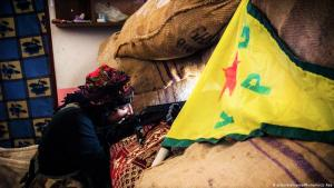 YPG-Kämpferin in Kobane; Foto: picture-alliance/Photoshot/J.Raa