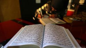 Palästinenserin in Khan Younis studiert den Koran; Foto: dpa/picture-alliance