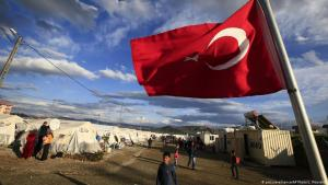 Eine türkische Fahne weht in einem Lager für syrische Flüchtlinge in Islahiye in der türkischen Provinz Gaziantep, Foto: picture-alliance/AP Photo/Lefteris Pitarakis